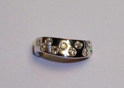 Bague or gris «vague» et diamants