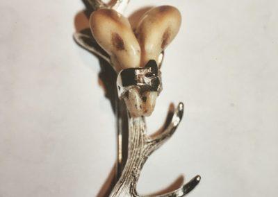 Broche bois de cerf, ceinturon et crocs de cerf